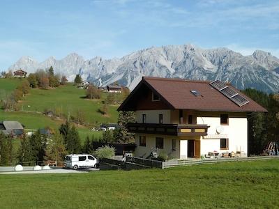 Het huis met het Dachsteinmassief op de achtergrond