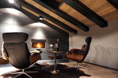 gemütliche Kaminecke im Wohnzimmer mit Naturstahlkamin