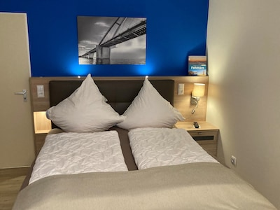 Das hochwertige Boxspringbett garantiert Ihnen erholsamen Schlaf.