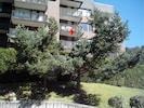 Résidence  vue de la rue avec démarcation rouge de l'appartement au 2° étage.