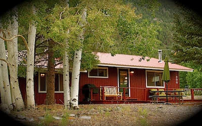 Cute 'Ralph Lauren' cabin on mountainside just 1 block from the Lake Fork river