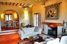 Wohnzimmer mit handgefertigten Lampen, gemütlichem Kamin, bequemen Sofas/Sessel