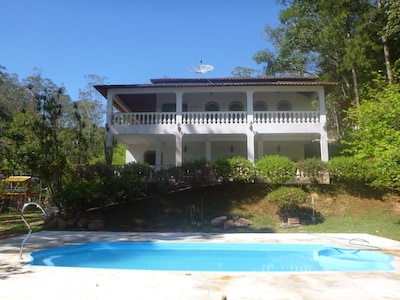 Bela casa colonial, lazer, verde e lago particular e piscina