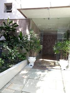 3 quartos, SENDO 1 NA ÁREA DE SERVIÇO  / ar condicionado / 2 garagens / wi-fi