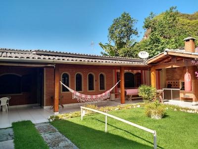 Casa espaçosa com 2 dormitórios, 2 banheiros, bem localizada, próx a Martim Sá