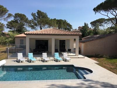 Villa nueva totalmente individual con piscina segura y amplio jardín.