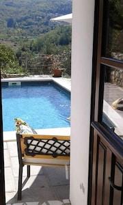 La piscine vue de la salle à manger/cuisine
