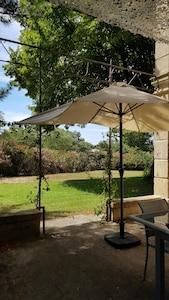 Vue du jardin depuis la terrasse ombragée