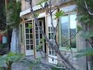 Le studio se trouve au rez de chaussée. On enlève les portes fenêtres en été