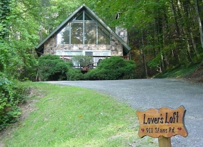 Lover's Loft Chalet - Great Location, Great Price for a Beautiful Home