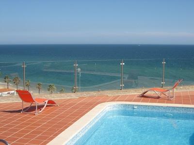 Piscine / vue sur la mer