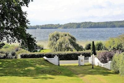 Bosau: familienfreundliche Ferienwohnung am Großen Plöner See mit Seegrundstück