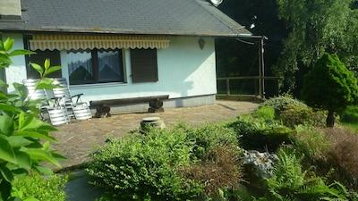 schöner Sonnenplatz vorm Haus