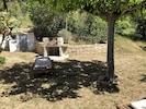 Jardin de la villa avec barbecue et transat