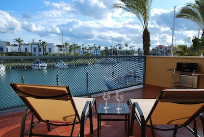 Apartamento de lujo con amplia terraza y acceso directo al canal