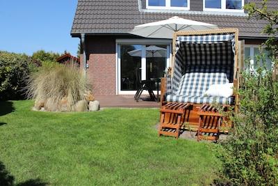 Modernes Ferienhaus mit großem sonnigen Garten