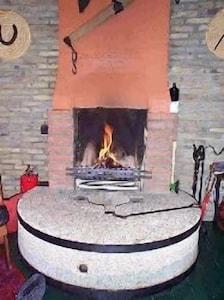 Offener Kamin auf einem Mühlstein