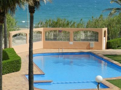 Piscine de la résidence. La plage est derrière le mur (portillon blanc)