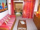 oasisbleuediamant.com Le salon de l'appartement hibiscus donnant sur la terrasse