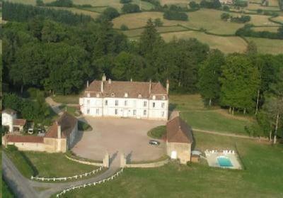 Vue . château et parc. l'aile de château est située à gauche  du chateau