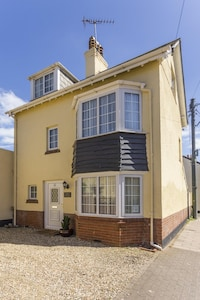 Golden Cottage - Town Centre, near Beach with Free Parking and WiFi