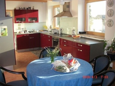 offene Küche mit Morgensonne