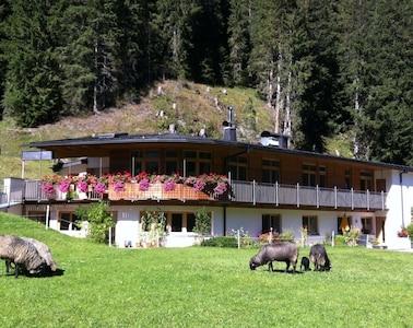 herrliche, sonnige Lage am Waldrand, Traumaussicht, Terrasse mit Gartenmöbel