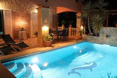 Abendstimmung am Pool der Villa Hibiscus