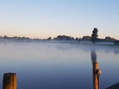 Morgens am See bei Sonnenaufgang, wenn der Nebel steigt, nur 20 Meter vom Chalet
