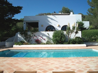 Country villa ideal for 6, private pool, fenced garden, central on the island.