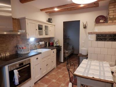 Küche, vollausgestattet mit Kamin für Holzfeuer