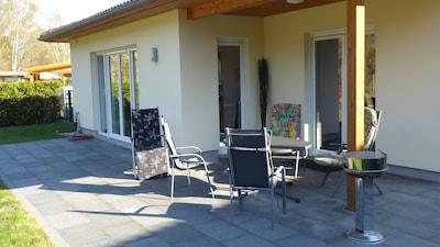 Terrasse mit Sonnen- und Schattenbereich