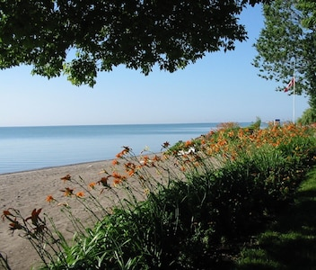 The Douglas Family Cottage - Perfect Waterfront Getaway with Large Beach