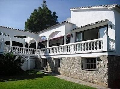 Villa La Cala de Mijas con piscina privada y vistas parciales al mar