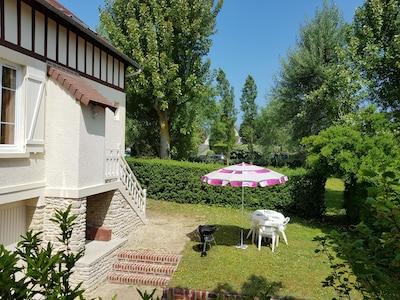 Un jardin privatif à l'arrière de la maison pour déjeuner en toute tranquillité