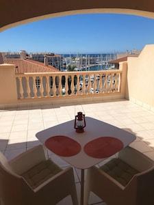Apartamento con vistas al mar en Almérimar Marina & Golf Resort con piscina.