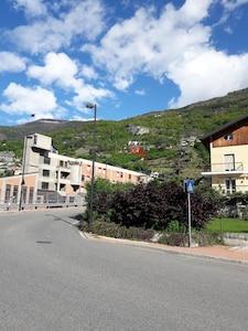 vista appartamenti Bioula dalla strada comunale dopo la grande rotonda
