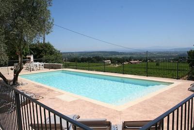 La piscine avec vue sur la vallée du Rhone et ses vignes.