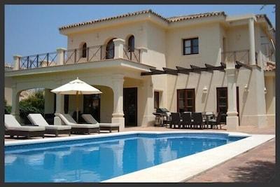 Tres Palmeras es una villa moderna, espaciosa y de diseño arquitectónico.