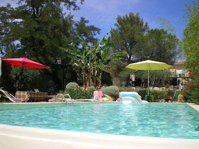 piscine et maison en arrière plan