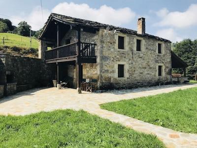 Casa con impresionante mirador de piedra suspendido en la montaña y vistas