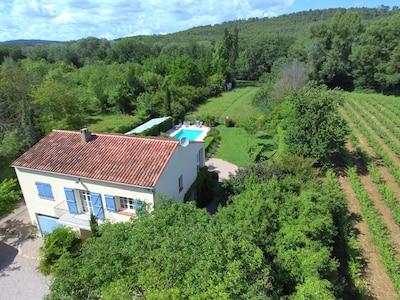 Villa Longo Mai Le Thoronet au milieu des vignes et de la verdure