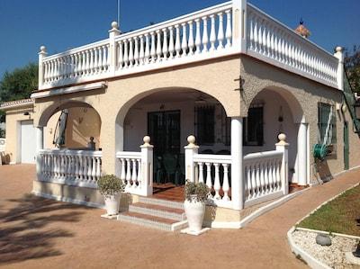 Situado en el pueblo con Encanto De La Cala Cerca de la playa, bares y restaurantes