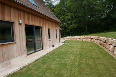 façade derrière avec petit jardin cloturé