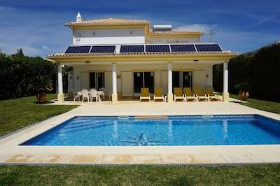Villa Borboleta. A/C 3 bedrooms, 3 bathrooms, very private & spacious villa.