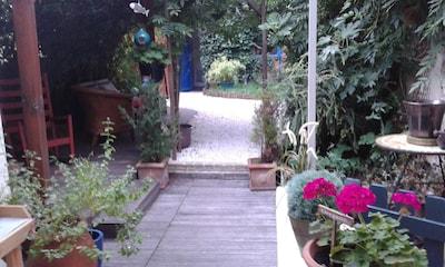jardin avec terrasse et dépendance