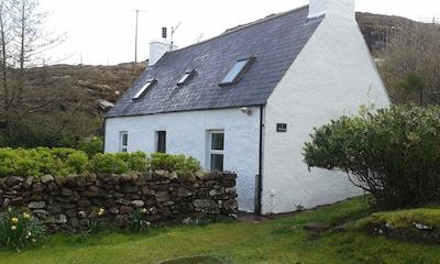 Cosy, remote crofter's cottage overlooking Loch Torridon, Idyllic, Pet-friendly