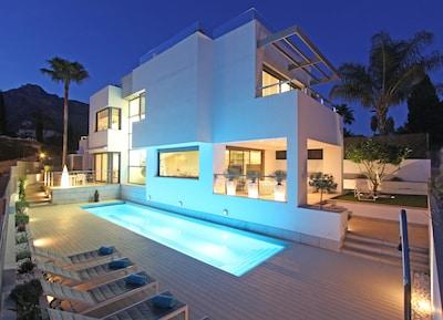 Villa contemporánea de lujo en Marbella con terraza con vista de 360 grados,