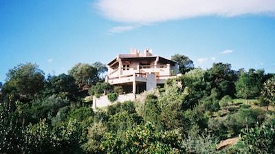 La villa dominant la crique privée