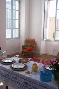 Salon salle à manger, beaucoup de soleil entre par les fenêtres